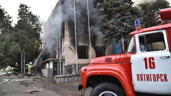 Машина пожарной службы МЧС рядом с горящим зданием в поселке Горячеводском в Пятигорске