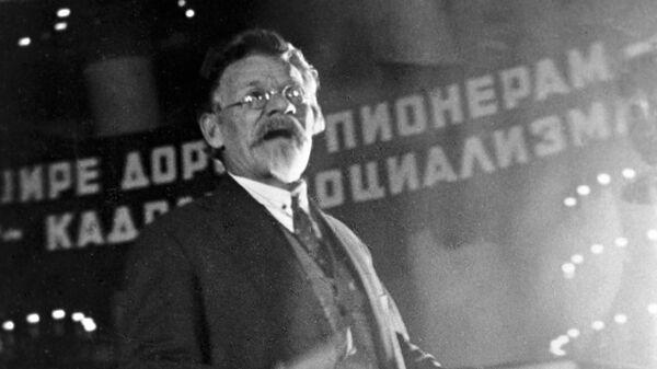 Председатель ЦИК СССР от РСФСР Михаил Иванович Калинин выступает на IХ съезде ВЛКСМ
