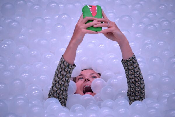 Девушка делает селфи в арт-инсталляции под названием The Beach в рамках ежегодного Сиднейского фестиваля