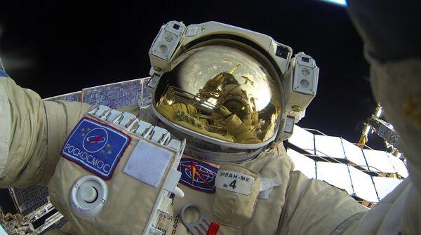 Селфи Юрия Маленченко во время выхода в открытый космос
