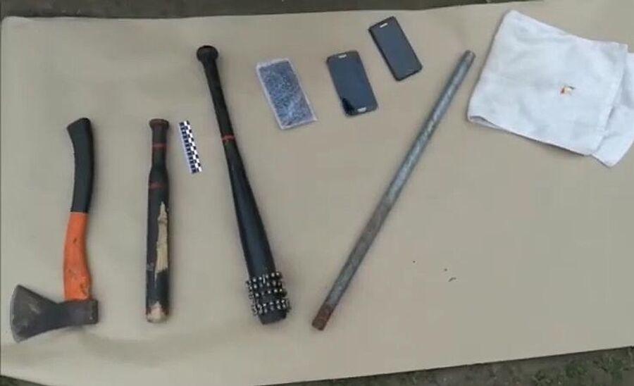 Орудия, изъятые у задержанных участников конфликта в селе Чемодановка