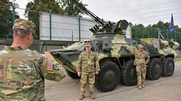 Военнослужащие армии США фотографируются у украинского бронетранспортёра БТР-3 на Яворовском полигоне во Львовской области