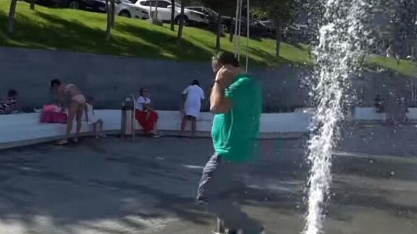 Саакашвили пробежал через работающий фонтан