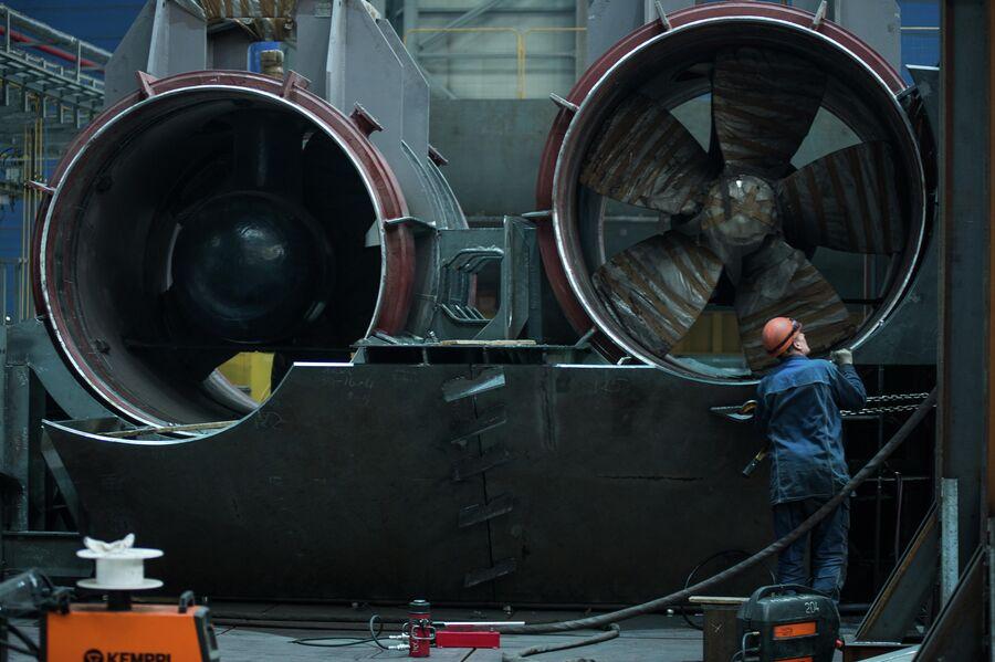 Рабочий осматривает подруливающее устройство для судна-ледового класса. Верфь Звезда