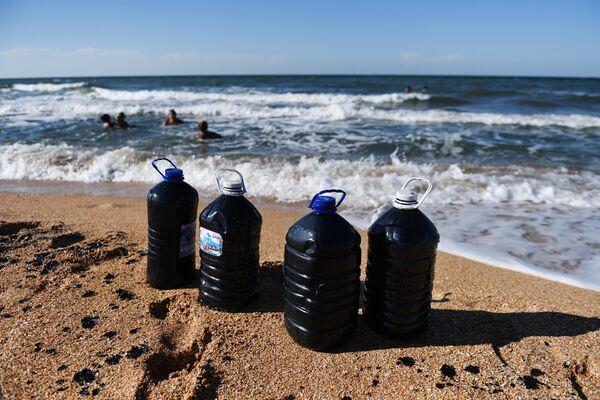Бутыли с лечебной грязью из Чокракского озера в Крыму