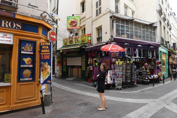 Женщина на улице латинского квартала Ла-Хюшет (Rue de la Huchette) в Париже