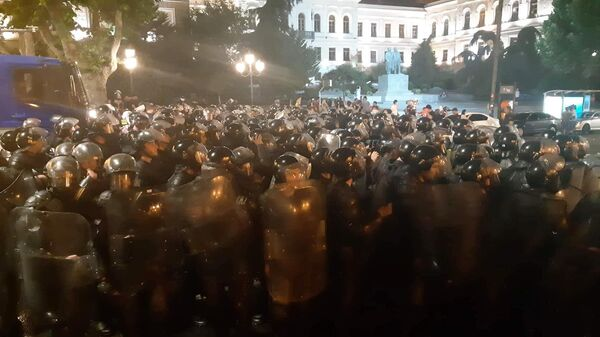 Сотрудники полиции во время акции протеста у здания парламента Грузии в Тбилиси. 21 июня 2019