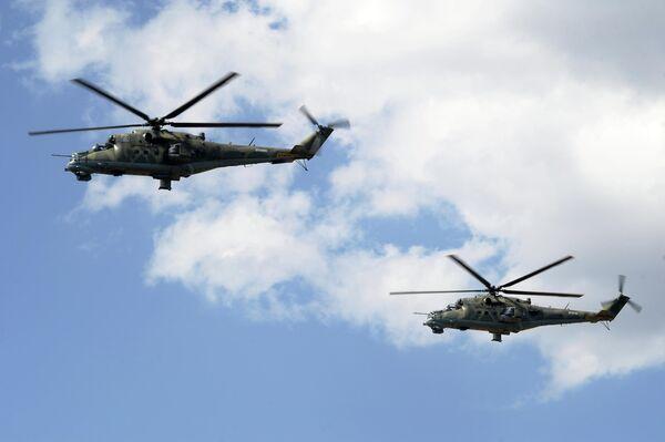 Вертолеты Ми-24 совершают полет на сводной тренировке динамического показа боевых возможностей вооружения и военной техники с авиацией в рамках предстоящего Международного военно-технического форума Армия-2019 в парке Патриот