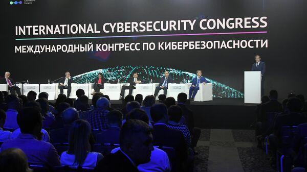 Председатель правительства РФ Дмитрий Медведев выступает на международном конгрессе по кибербезопасности. 21 июня 2019