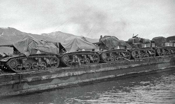Десантная баржа с американскими легкими танками МЗ Стюарт направляются в район высадки морского десанта Станичка- Южная Озерейка