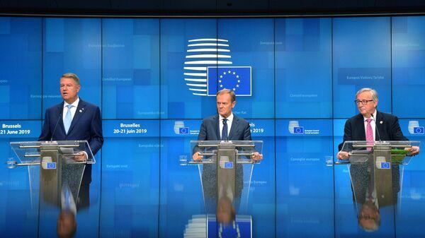 Президент Румынии Клаус Йоханнис, председатель Европейского совета Дональд Туск и председатель Европейской комиссии Жан-Клод Юнкер (слева направо) на саммите ЕС в Брюсселе. 21 июня 2019