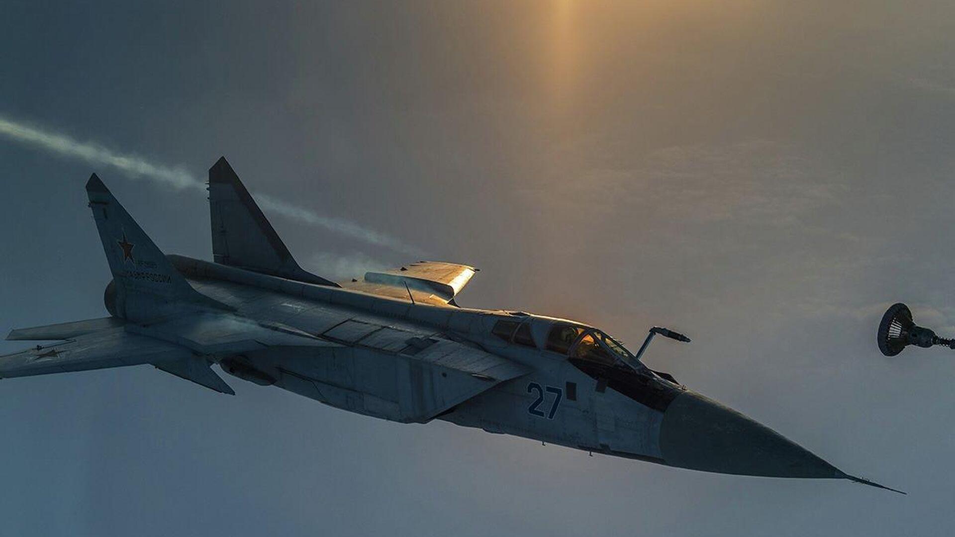 Дозаправка высотного истребителя-перехватчика МиГ-31 Тихоокеанского флота в небе над Камчаткой - РИА Новости, 1920, 21.09.2020