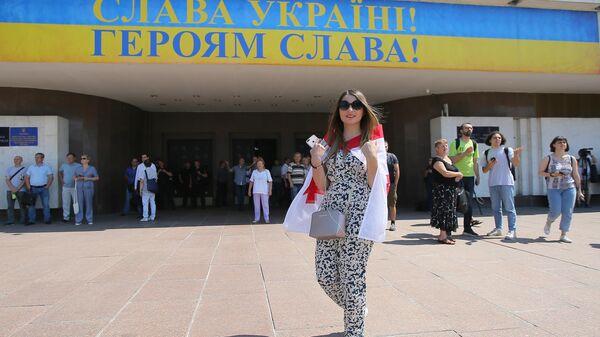 Девушка с грузинским флагом у здания ЦИК Украины в Киеве. 24 июня 2019