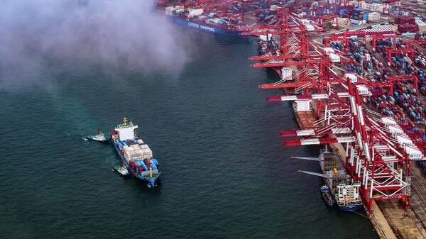 Контейнеровоз в порту Циндао, Китай