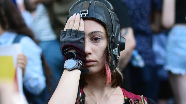 Участница акции протеста у здания парламента Грузии в Тбилиси. 25 июня 2019