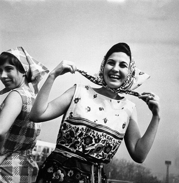 Коллекция женской одежды Весна-лето 1966 года. Летние платья из хлопчатобумажной ткани (продукция Рижской швейной фабрики Ригас апгербс)