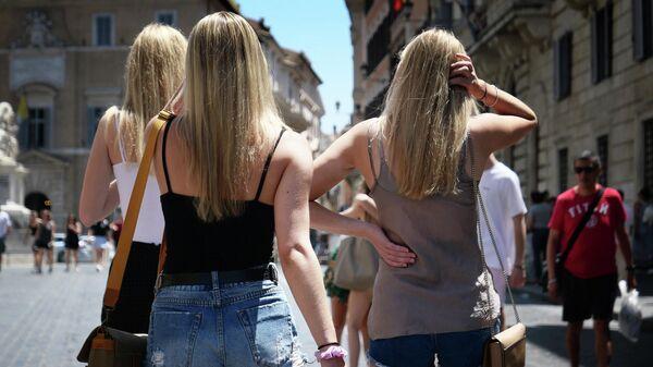 Туристы гуляют в центре Рима