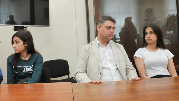 Сестры Хачатурян Ангелина и Крестина, обвиняемые в убийстве своего отца, в Басманном суде перед началом рассмотрения ходатайства следствия о продлении меры пресечения. 26 июня 2019