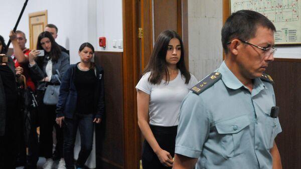 Ангелина Хачатурян, обвиняемая в соучастии в жестоком убийстве своего отца, в Басманном суде