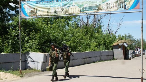 Военнослужащие ЛНР в районе пропускного пункта Станица Луганская, куда прибыли представители ОБСЕ для наблюдения за первым этапом отвода украинских подразделений. 26 июня 2019