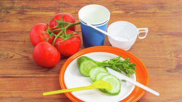 Одноразовые столовые приборы и овощи