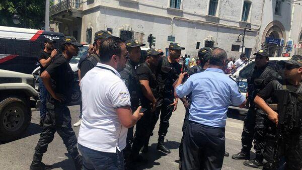 Сотрудники полиции на месте взрыва в центре столицы Туниса. 27 июня 2019