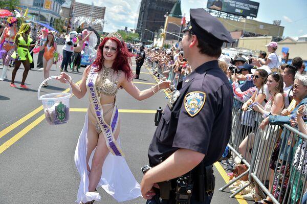 Ежегодный парад русалок на Кони-Айленде