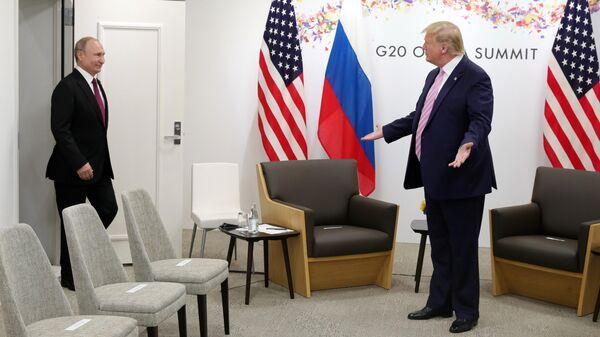 Президент РФ Владимир Путин и президент США Дональд Трамп во время встречи