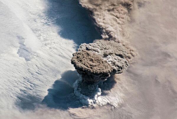 Мощное извержение вулкана Райкоке на Курильских островах снятое с Международной космической станции