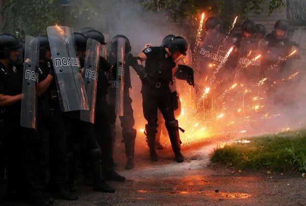 Сотрудники полиции стоят в оцеплении во время проведения акции с требованием наказать виновных в смерти Кирилла Тлявова в Перяславе-Хмельницком