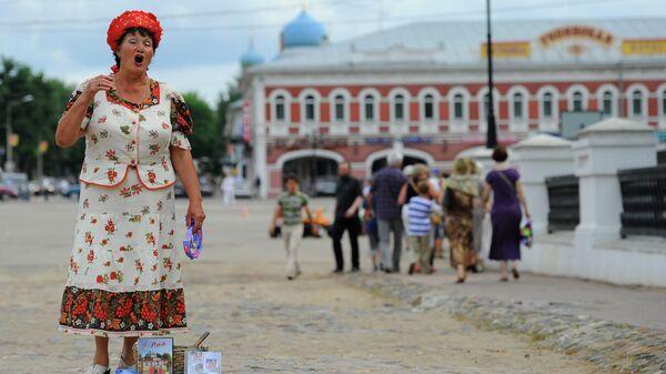 Уличная певица на Каменном Никольском мосту в Угличе