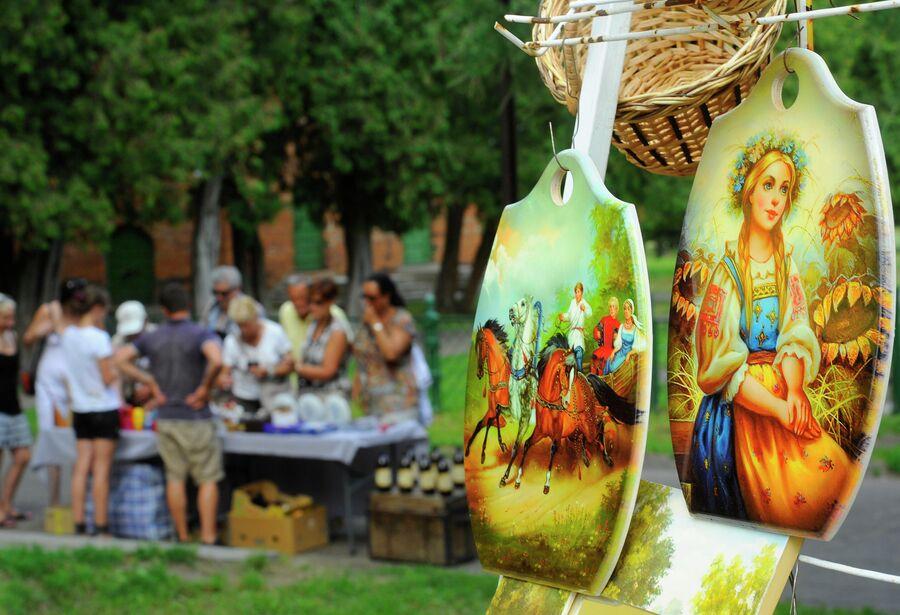 Торговля сувенирами на территориии Кремля в Угличе