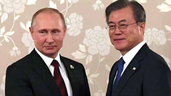 Президент РФ Владимир Путин и президент Республики Корея Мун Чжэ Ин во время встречи на полях саммита Группы двадцати в Осаке. 28 июня 2019