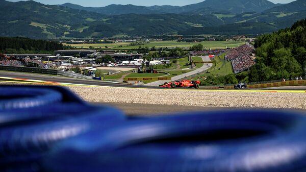Гонщик Феррари Шарль Леклер во время практики на Гран-при Австрии