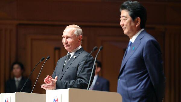 Президент РФ Владимир Путин и премьер-министр Японии Синдзо Абэ в Осаке. 29 июня 2019
