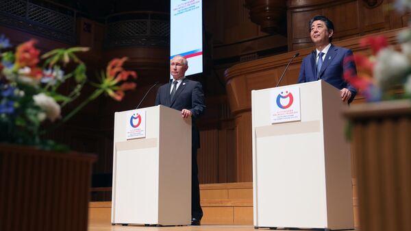 Президент РФ Владимир Путин и премьер-министр Японии Синдзо Абэ в Осаке