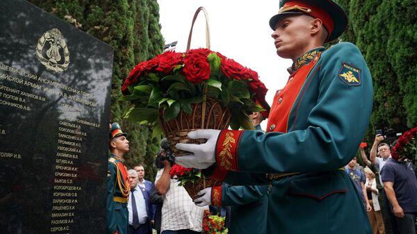 Военнослужащие Преображенского полка возлагают цветы к мемориалу жертвам катастрофы Ту-154 над Черным морем 25 декабря 2016 года в Сочи