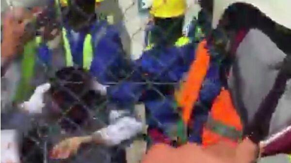 Скриншот видео драки рабочих в Казахстане