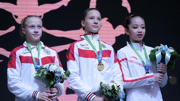 Владислава Уразова (в центре) и Виктория Листунова (слева)