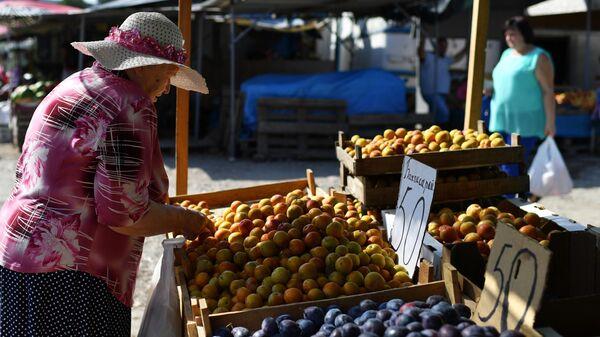 Женщина на рынке в Севастополе