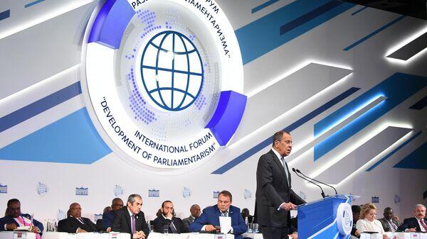 Министр иностранных дел РФ Сергей Лавров выступает на открытии Второго Международного форума Развитие парламентаризма во время первого пленарного заседания. 1 июля 2019