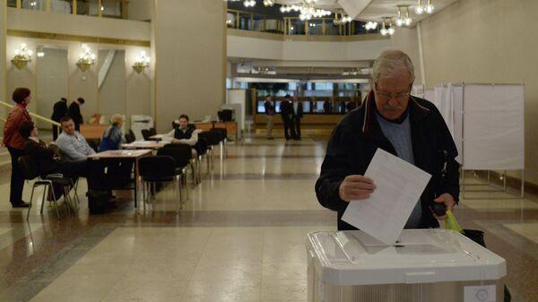 Житель Москвы голосует на выборах в Московскую городскую Думу на избирательном участке №2151.