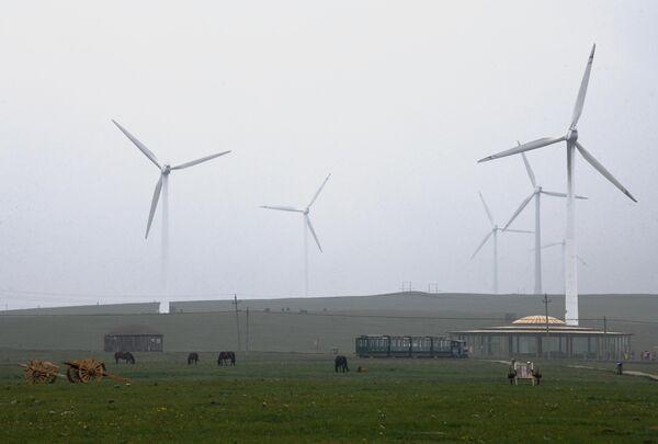 Ветрове генераторы на окраине Уланчаба в Автономном районе Внутренняя Монголия в Китае