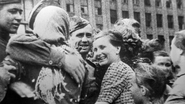 Жители Минска встречают советских воинов