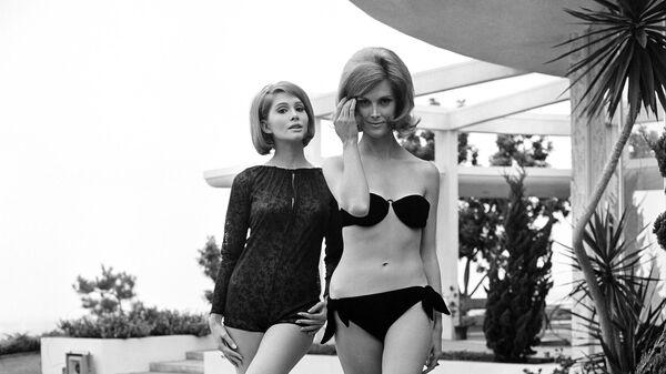 Девушки позируют в купальниках. 19 ноября 1964 года