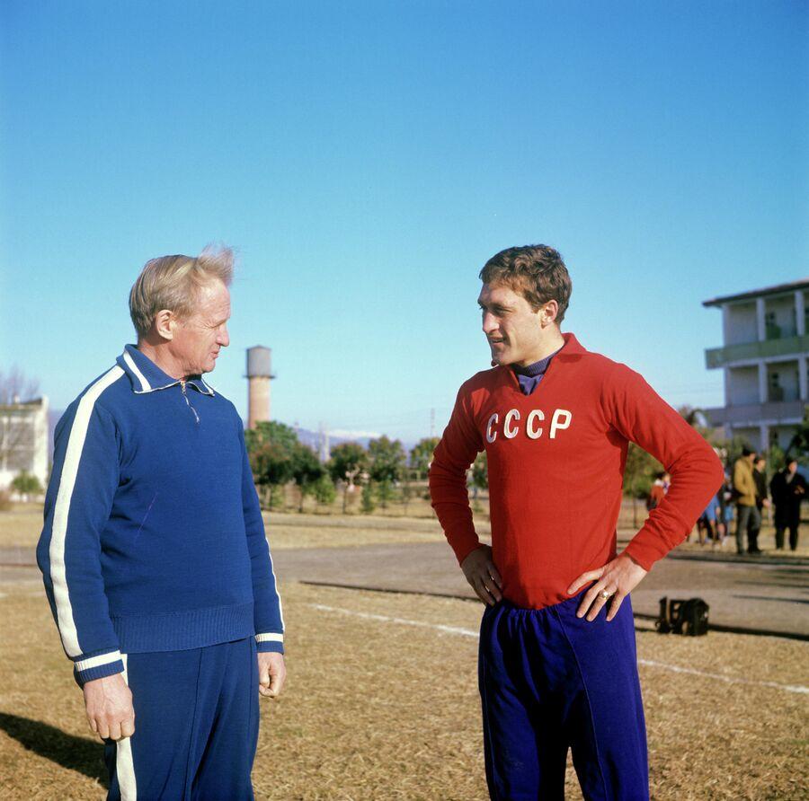 Гавриил Качалин и защитник сборной СССР Реваз Дзодзуашвил