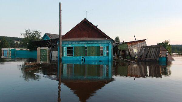 Затопленный дом в городе Тулун в Иркутской области