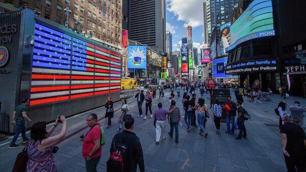 Прохожие на площади Таймс-сквер в Нью-Йорке, США