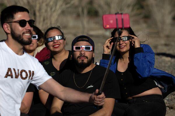 Люди наблюдают за солнечным затмением в Чили