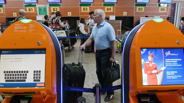 Пассажир с чемоданом в аэропорту Шереметьево